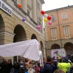 I bambini fanno volare in cielo i palloncini al grido di «Don Bosco è qui»