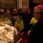 Mons. Alceste Catella in raccoglimento davanti alle reliquie di San Giovanni Bosco a Casale Monferrato