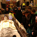 I bambini davanti all'urna con le reliquie di San Giovanni Bosco nella Cattedrale di Casale Monferrato