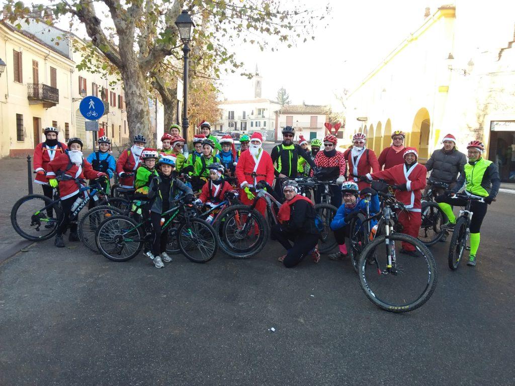 Ciclisti con Babbo Natale a Mirabello