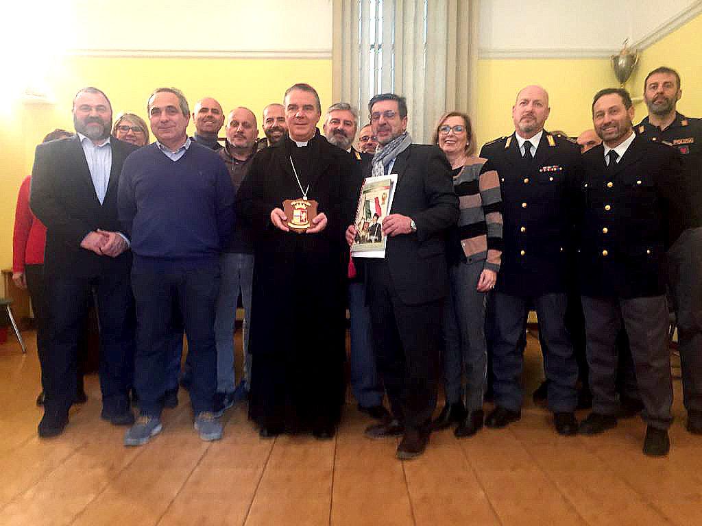 Foto di gruppo: Il Vescovo Sacchi con ufficiali, funzionari e agenti della Polizia