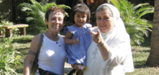 La monferrina Lory Anelli, presidente dell'Associazione Saida, in una foto del 2008 con la piccola Saida, adottata dieci anni fa, e suor Marcella Scannu, direttrice dell'orfanotrofio Hogar Santo Domingo