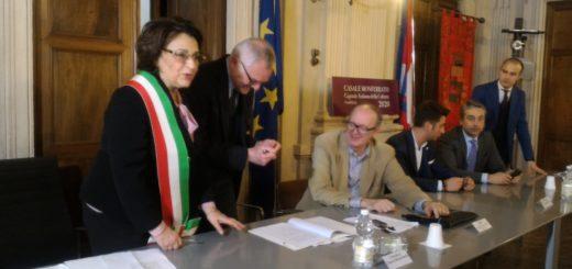 l'assessore Balocco mentre firma il protocollo per il ripristino delle linee ferroviarie
