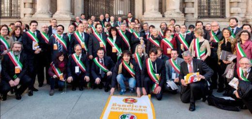 Gruppo di sindaci con bandiera Touring