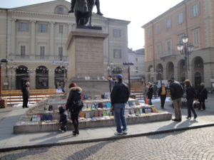 libri in piazza Mazzini a Casale