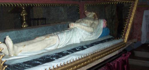 Entierro: urna con statua Cristo