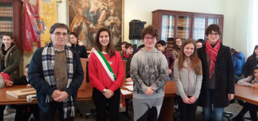 il Consiglio comunale dei ragazzi con il sindaco di villanova Mauro Cabiati e la dirigente scolastica Emanuela Cavalli