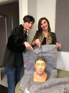 Vittoria Oglietti e Sabina Malgora con la ricostruzione del volto della mummia, appena arrivata dagli Stati Unti. Foto di Anna Badino