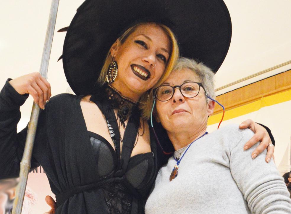 Lorella Anelli con una donna in costume da Befana