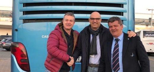 bus Stat Enrico Ferrari manager del Tour Italiano della squadra, Flavio Ottone (Stat) e l'autista Giuliano Zainaghi, di fronte al mezzo brandizzato.