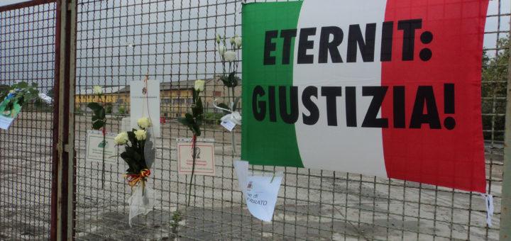 05-05-2011 corteo contro l'amianto e l'eternit centinaia di persone con le rose bianche per ricordare i defunti