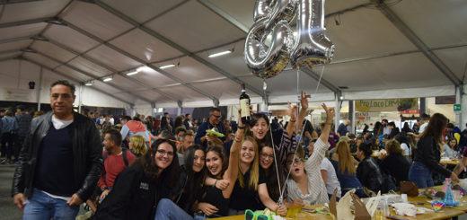 ragazze alla festa del vino