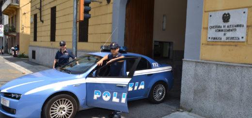 Agenti del commissariato di casale polizia poliziotti con la divisa nuova