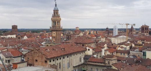veduta sui tetti e torre civica