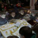 I bambini davanti all'urna con le reliquie di San Giovanni Bosco a Mirabello