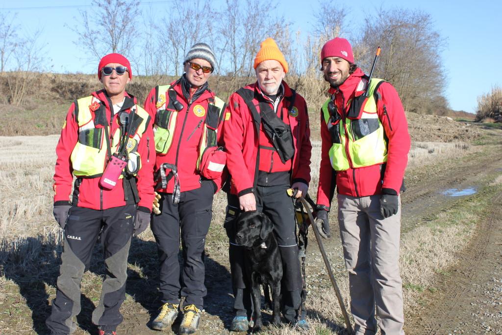 La squadra del Soccorso Alpino di Alessandria. A destra Francesco Piacentini, il ragazzo che l'ha ritrovato.