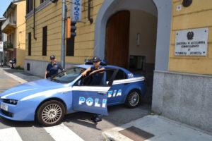genti del commissariato di casale polizia poliziotti con la divisa nuova